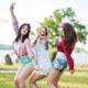 Drei junge Frauen bei einem Junggesellinnenabschied. Sie posen für das Foto und haben Spaß.