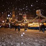 Ein verschneiter Weihnachtsmarkt ist die perfekte Kulisse für deinen JGA Film